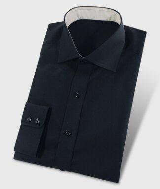 Schwarzes Hemd mit hellgrauem Kontraststoff