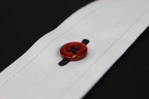 Aufgesetzte Knopfleiste schwarzes Knopfloch